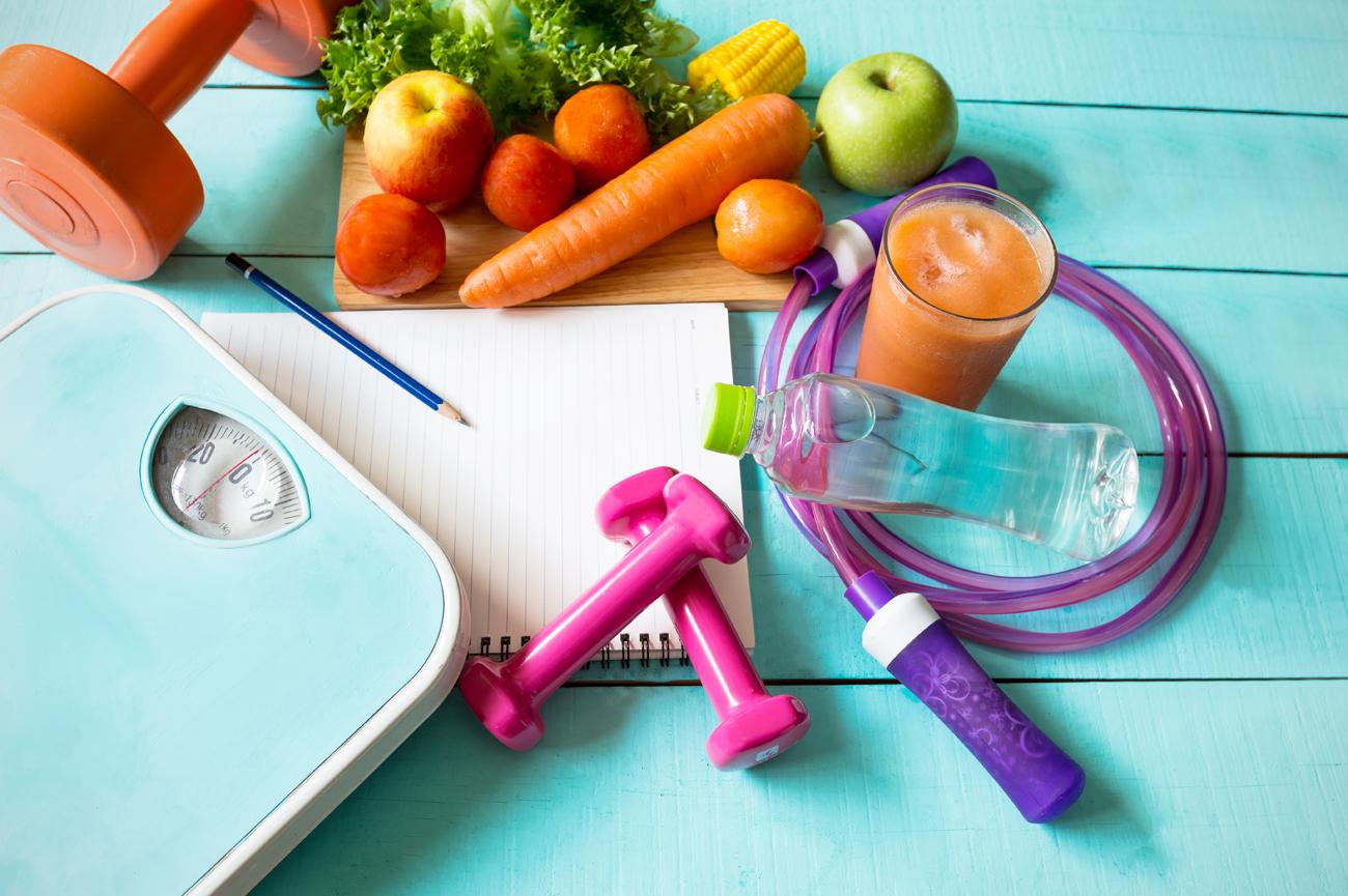 Obst, Waage und Gewichte: Abnehmen mit gesunder Ernährung und Training